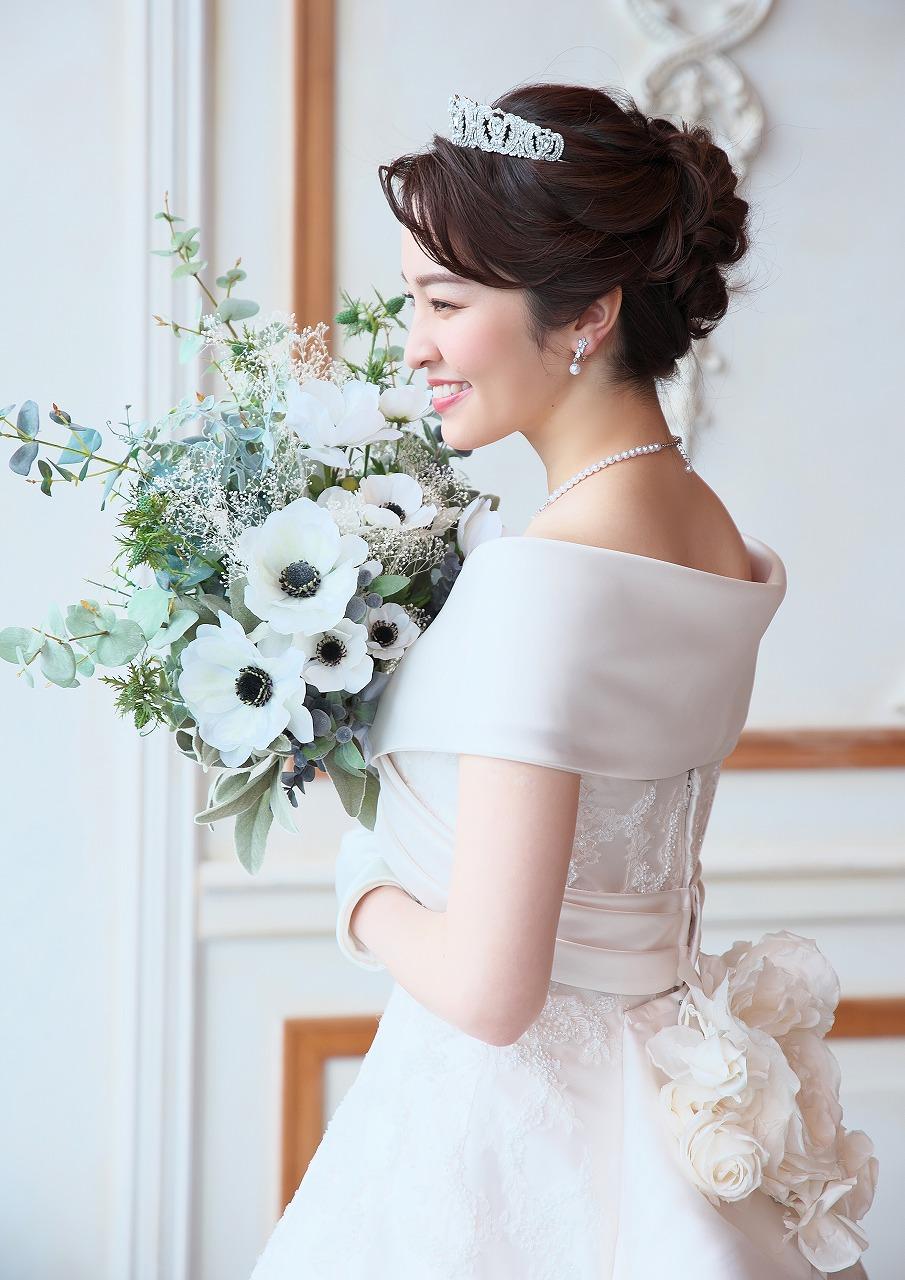 初回御来店時に花嫁様衣装ご契約でティアラなど1点サービス!